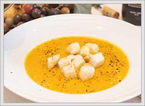 Un piatto tipico di Crema di zucca con crostini di pane alla Trattoria Ristorante Al Chiostro di San Bonifacio Verona